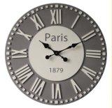 ローマのダイヤルが付いている灰色及び白い円形の柱時計
