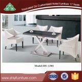 Una tabla cuadrada con cuatro sillas colocadas