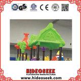 Diapositiva plástica del parque de atracciones para los cabritos