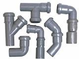 Várias tubulações e encaixes do PVC do grau