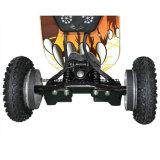 de la rueda eléctrica 4 del patín del camino con el pie sujetar
