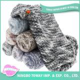 Tricotando manualmente o lenço feito sob encomenda do poliéster do inverno morno acrílico