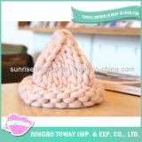 As lãs cor-de-rosa de confeção de malhas aquecem tampões das mulheres dos chapéus forrado a pele