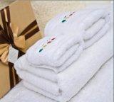 A toalha de banho 60X180cm do hotel da estrela 550g Plain 32s com logotipo do bordado