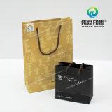 Le sac de papier mat avec de l'argent de logo a appuyé