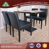4개의 의자를 가진 1개의 정연한 테이블은 놓았다