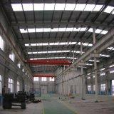 Taller industrial de acero con la azotea de la luz del sol