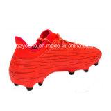 Sapatas alaranjadas do futebol do futebol para homens
