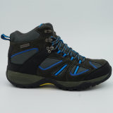 Schoenen die van de Sporten van mensen de Openlucht Hoge Schoenen beklimmen