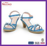 O azul prende com correias sandálias da forma das mulheres