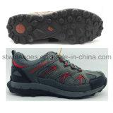 Le calzature atletiche degli uomini mettono in mostra i pattini d'escursione esterni