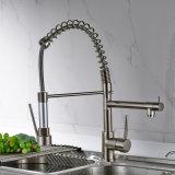 Il rubinetto della cucina con tir in giùare il rubinetto del dispersore dell'imbarcazione
