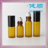 Roulis en verre ambre sur la bouteille de parfum avec le rouleau en métal