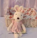 衣服が付いているかわいい詰められたウサギのプラシ天のおもちゃ
