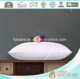 La piuma bianca dell'anatra giù appoggia l'inserto delicatamente giù il cuscino