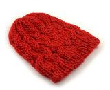 차가운 겨울 다채로운 아크릴 뜨개질을 하는 모자