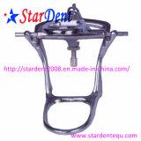 Órganos articuladores dentales con el instrumento médico quirúrgico de gran tamaño