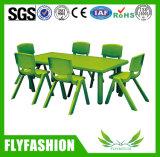 Mesa do retângulo da sala de aula da escola do miúdo da cor com cadeira