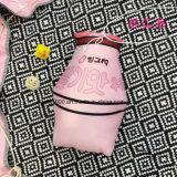 Coxim enchido dado forma do frasco de leite