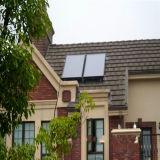 Collettore solare dello schermo piatto sul tetto o sul balcone