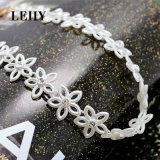 女性の絶妙な水晶の調節可能で短いコリアーのための美しい白い花のチョークバルブのネックレス
