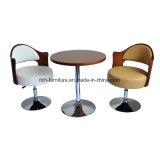 木製の椅子を食事する居間