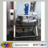 Inclinaison de la bouilloire revêtue avec le mélangeur faisant cuire la bouilloire
