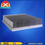 O alumínio expulso perfila o dissipador de calor usado no amplificador de potência