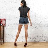 Demin Jeans, brevi jeans della signora con le nappe