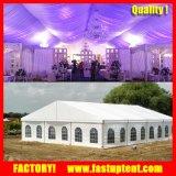 Barraca bonita do banquete de casamento com forros e cortinas
