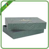 Rectángulo de regalo de papel elegante de la cartulina con el papel de lujo