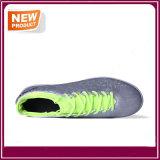 4つのカラーPUのサッカーの靴