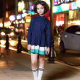 كلاسيكيّة بنات يرتدي [سكهوول ونيفورم] الماشي بخطى متثاقلة جديات طويلة كم ثوب