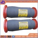 Conduttura di industria con il tubo flessibile di gomma di dragaggio