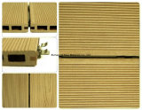 Assoalho de madeira plástico ensolarado do Decking