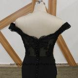 A dama de honra preta da sereia veste o vestido perlado da dama de honra do barco garganta elegante