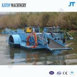 Barca di pulizia sul lago o sul fiume per Weed e rifiuti acquatici