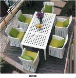 茶およびダイニングテーブルおよび庭のPEの藤の家具