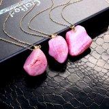 熱い販売のピンクの不規則で自然な瑪瑙の石の女性のための吊り下げ式のネックレスの金の宝石類
