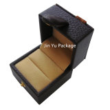 La caja de embalaje del regalo de madera de cuero falso de la joyería con aduana graba insignia