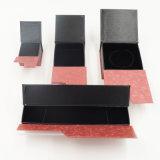 Рука для того чтобы создать коробку верхнего шереножного бумажного подарка упаковывая (J15-E)