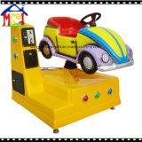 遊園地の子供のゲームの子供の乗車によって斑点を付けられるシカ