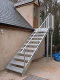 Escalera recta del acero inoxidable con el paso de progresión inoxidable