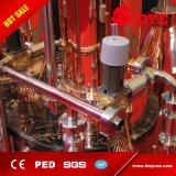 Todo el equipo de cobre de la destilación