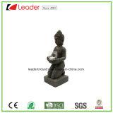 Het Standbeeld van Boedha van Polyesin met de Houder van de Kaars voor de Decoratie van het Huis en van de Tuin