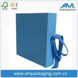 Aduana con el papel de embalaje azul de la cinta que empaqueta los rectángulos de regalo plegables magnéticos rígidos