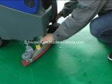 Camminata dietro l'impianto di lavaggio di pulizia del pavimento