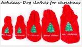 El perro de animal doméstico de Santa de la Navidad viste el paño del invierno del animal doméstico