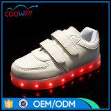 高品質歩きやすいLED軽いPUの上部の人の靴