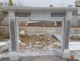 屋内暖炉のマントルピースの自然な石造りの骨董品の環境を切り分ける白い大理石